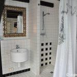 Dusche, linkes Waschbecken